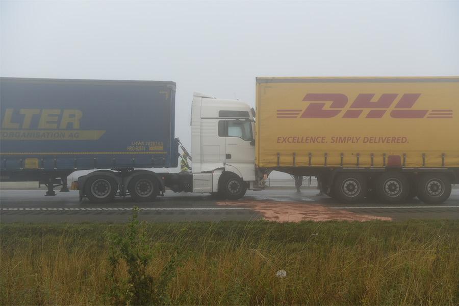 Olyckskaos i dimman på motorvägen