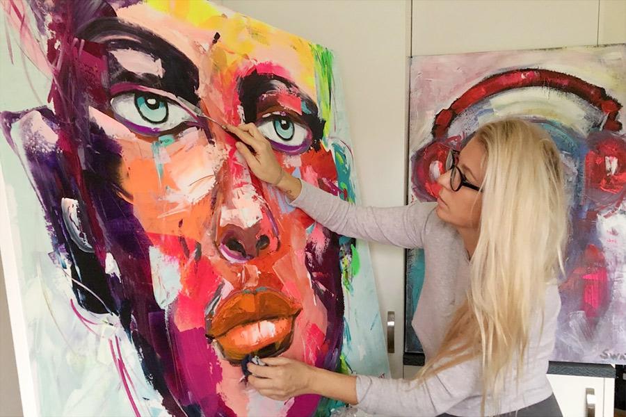 Färgstark konstnär på Galleri Gamla Kyrkogatan