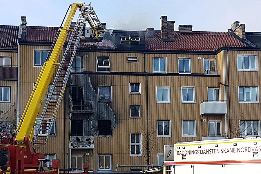 Flera till sjukhus efter brand