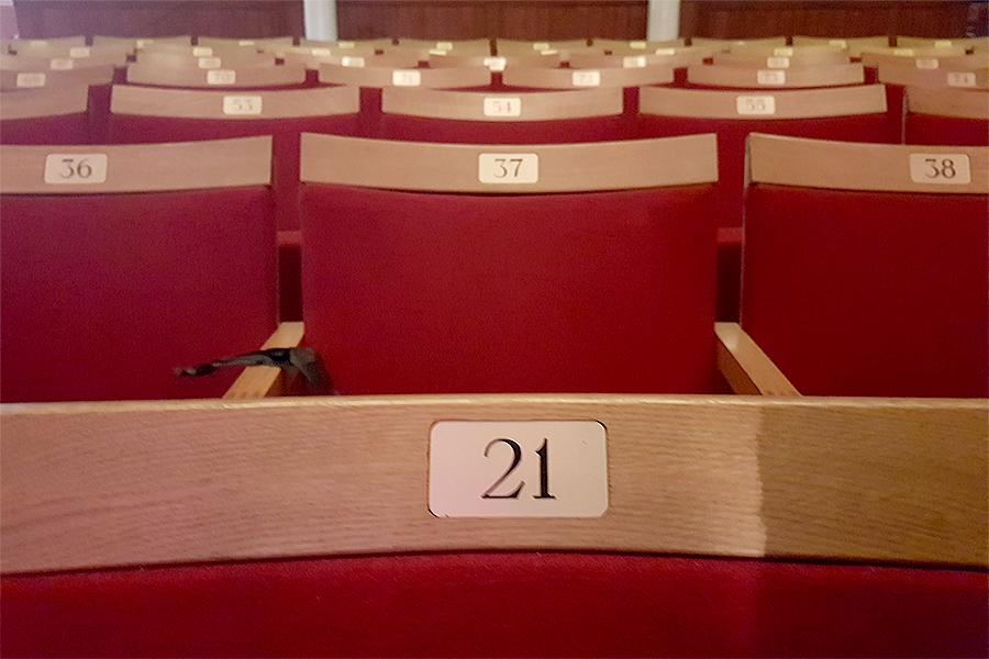 Är stolarna på väg ut ur teatern?