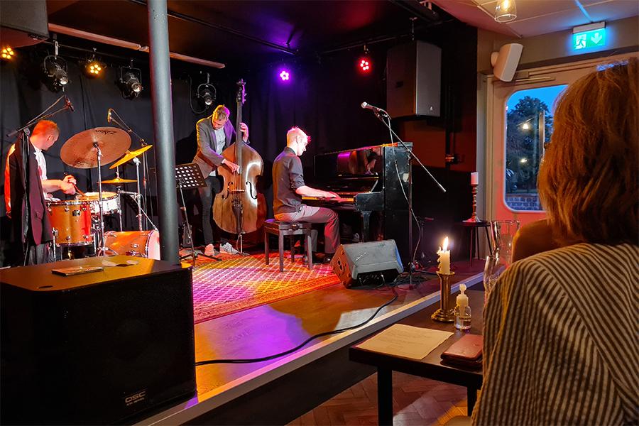 Jazzcafé lockade många